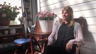 Kuvassa Maria Kauppila istuu lapsuuskotinsa terassilla Vaasassa.