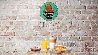Kuvassa La Marmota -kahvilan logo, pieni murmeli kahvikupissa.