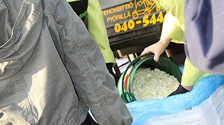 Kuvassa kokki- ja restonomiopiskelijat valmistavat hävikkilounasta.