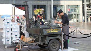 Kuvassa kokki- ja restonomiopiskelijat valmistavat ilmaista hävikkilounasta.