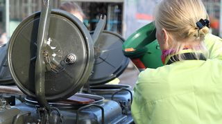 Kuvassa kokki- ja restonomiopiskelijat valmistavat Saa syödä -tapahtuman hävikkilounasta.