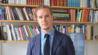 Kuvassa kirjailija Joonas Konstig.