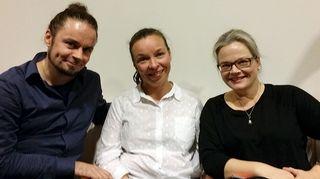 Kuvassa Biophilia Finlandin projektinjohtaja Satu Roberg, musiikinopettaja Ulla Hairo-Lax ja oppimisympäristöjen kehittäjä Jarkko Mylläri.