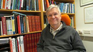 Unitutkija Markku Partinen kirjahyllyn edessä työhuoneessaan.