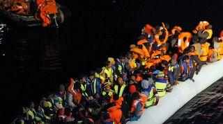 Välimeren ylittäjien matka on vaarallinen.