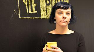 Kuvassa visuaaliseen kulttuuriin ja poliittiseen kuvastoon keskittyvä yhteiskuntatieteilijä Noora Kotilainen.