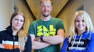 Kuvassa ovat Peltsi ja motocrosstytöt Hanna Mertsalmi ja Jutta Lukkarila.