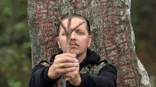 Kuvassa riimuharrastaja, kirjailija Aki Cederberg.