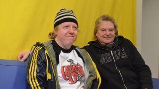 Matti Mikkola ja Pepe Willberg istuvat Yle Puheen sohvalla.