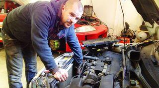Mikko Ravi korjaa kaasuautoa.
