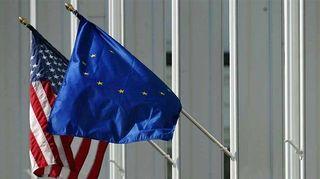 Kuvassa Yhdysvaltojen ja EU:n liput.