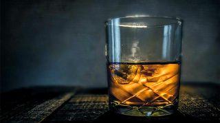 Kuvassa viskilasi.