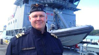 Kuvassa öljyntorjuntalaus Hylkeen edessä seisoo Suomen merivoimien kapteeniluutnantti Aki Pykälistö.