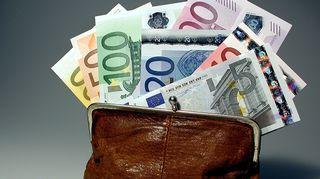 Kuvassa seteleitä rahapussissa.