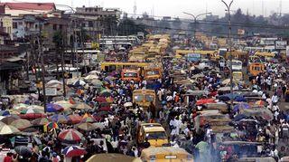 Kuvassa ruuhkainen katu Nigeriassa.