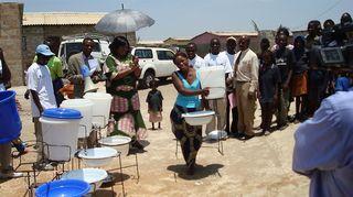 Kuvassa demonstroidaan käsienpesupäivää Sambiassa.