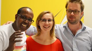 Kuvassa ovat Yusuf M. Mubarak, Eva Nilsson ja Niklas Saxén