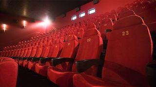 Kuvassa tyhjä elokuvateatteri.
