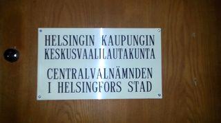 Kuvassa Helsingin kaupungin keskusvaalilautakunnan ovikyltti.