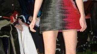 Malli ja yleisöä Versacen muotinäytöksessä.