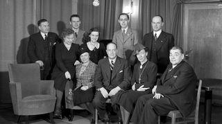 Yleisradion kuuluttajat yhteiskuvassa 1930-luvulla.