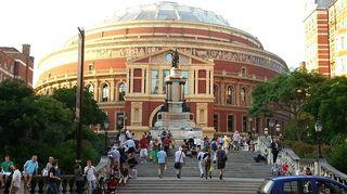 Royal Albert Hallin pääsisäänkäynti ja prinssi Albertin patsas Lontoossa. Kuva: Jari Rantschukoff/Yle.