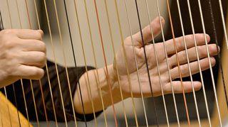 Harppua soittavat kädet. Kuva: Yle.