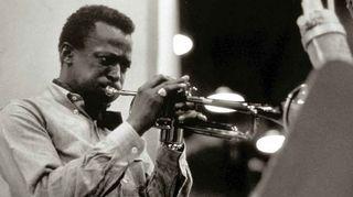 Jazzmuusikko Miles Davis soittaa trumpettia.