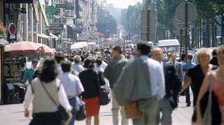 Ihmisiä kadulla. Pariisi.