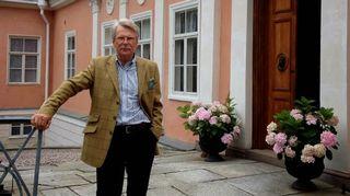 Björn Wahlroos kartanonsa sisäänkäynnillä. Kuva: Janne Koskinen/YLE.