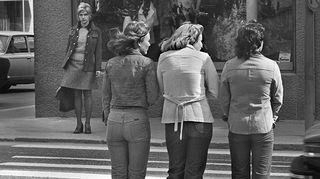 Nuorisoa Tampereella 1975, minihame ja leveät lahkeet. Kuva: Arja Lento/YLE.