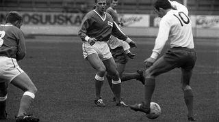 Suomi-Ranska -jalkapallomaaottelu Olympiastadionilla noin 1960-luvulla. Kuva: Kalle Kultala/YLE.