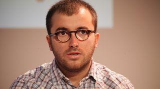 Visar Duriqi. Kosovolainen tutkiva journalisti joutui pakenemaan kotimaastaan ääri-islamistien tappouhkauksien vuoksi. Hän sai turvapaikan Saksassa, Hampurissa toimivan poliittisesti vainottujen säätiön vieraana.
