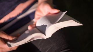 Kirja kädessä