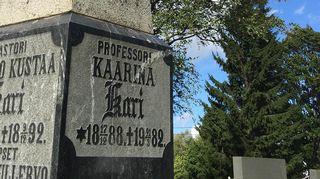 Professori Kaarina Kari. Hautakivi