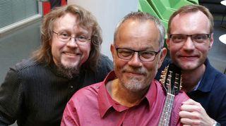 Kuvassa sellisti Jukka Rautasalo, alttoviulisti ja mandoliininkin taitava Tommi Aalto sekä kapellimestari-käyrätorvisti József Hárs.