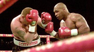 Mike Tyson ottelee.