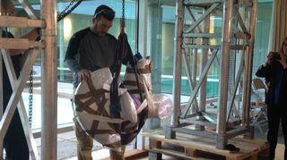 Henry Moore -säätiön pääkonservaattori James Copper asettaa Jousimies-veistosta paikalleen Didrichsenin taidemuseossa