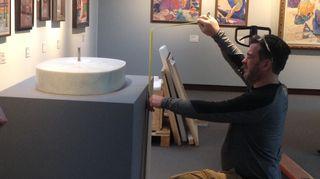 Henry Moore -säätiön pääkonservaattori James Coopes asettaa Jousimies-veistosta paikalleen Didrichsenin taidemuseossa