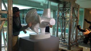 Henry Mooren Jousimies-veistosta asetetaan paikalleen Didrichsenin taidemuseossa