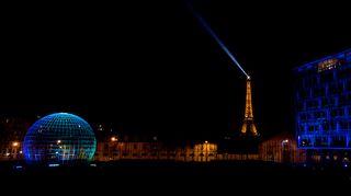 Valotaiteilija Kari Kolan teos Light is here Unescon pääkonttorissa Pariisissa