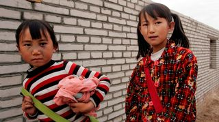 Nuoret kiinalaistytöt palaamassa koulusta kotiin.