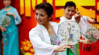 Kiinalainen nainen uuden vuoden juhlissa