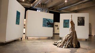 Art Tu Journey -näyttely Helsingin Kaapelitehtaalla: maalaukset Susanna Iivanainen, veistos Pauliina Jokela