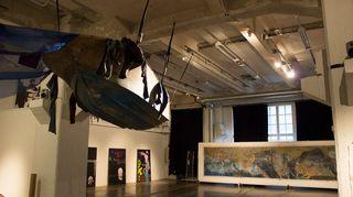 Art Tu Journey -näyttely Helsingin Kaapelitehtaalla: maalaus Hodhayfa Salif, installaatio Muhaned Durubi.