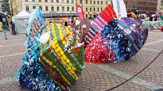 Korealaistaiteilija Choi Jeong Hwanin muovipusseista rakennettuja kaloja Senaatintorilla.