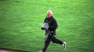 Ohjaaja Kalle Holmberg juoksee kentällä antamassa ohjeita näyttelijöille Olympiastadiolla vuonna 2000.