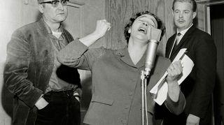 Radioteatteria vuodelta 1964. Lady Dayn kuolema: näyttelijät Kauko Laurikainen, Eila Pehkonen mikrofonin ääressä ja Martti Tschokkinen.
