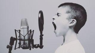poika ja mikrofoni