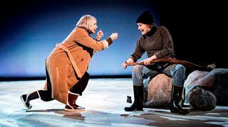 Ylva Ekblad näyttelee TOVE-näytelmässä Tove Janssonia ja Helen Willberg Tuulikki Pietilää.